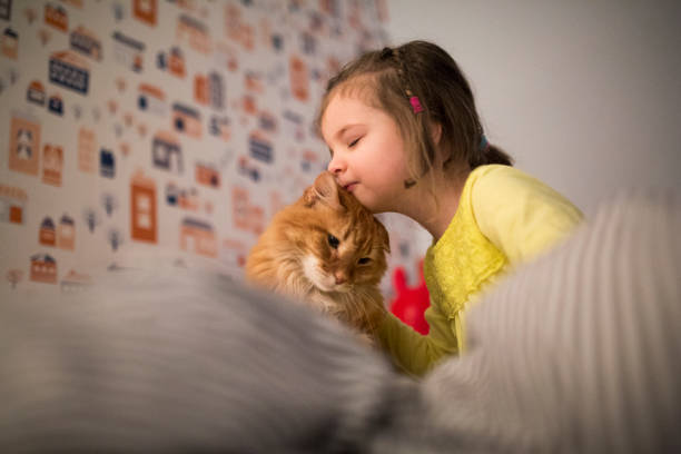 Petite fille qui fait un câlin à son chat