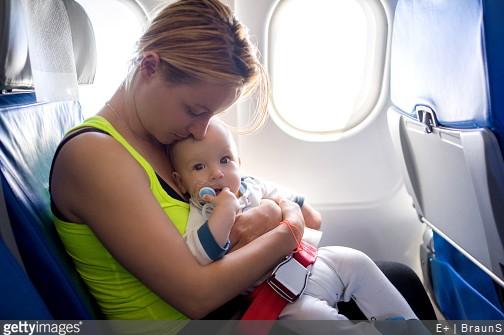 Avion : comment faire un voyage zen avec bébé ?