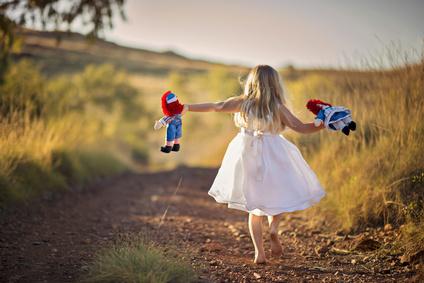 garçon jouant a la poupée