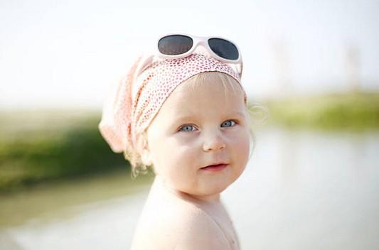 Lunettes de soleil pour bébé : pourquoi et comment les choisir ?