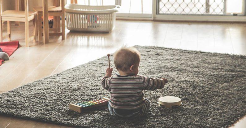 Enfant qui joue avec des instruments de musique