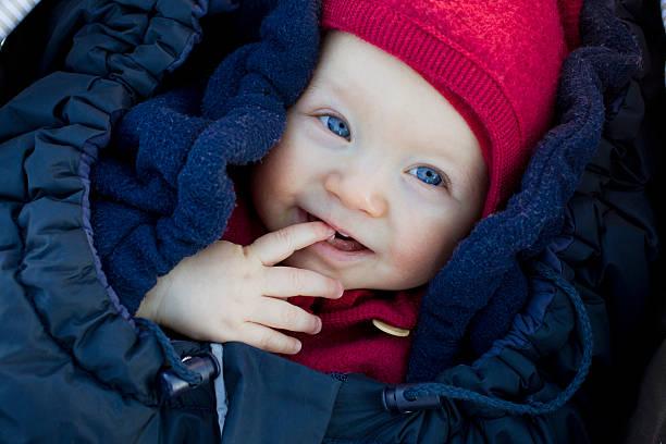Bébé emmitouflé en hiver pour être protégé du froid