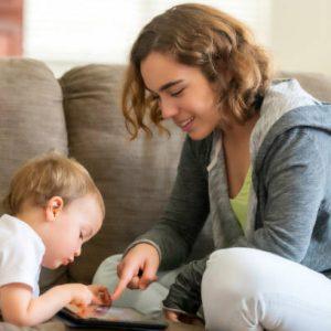 Jeune assistante maternelle qui s'amuse avec un bébé