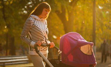 jeune qui balade son enfant en poussette