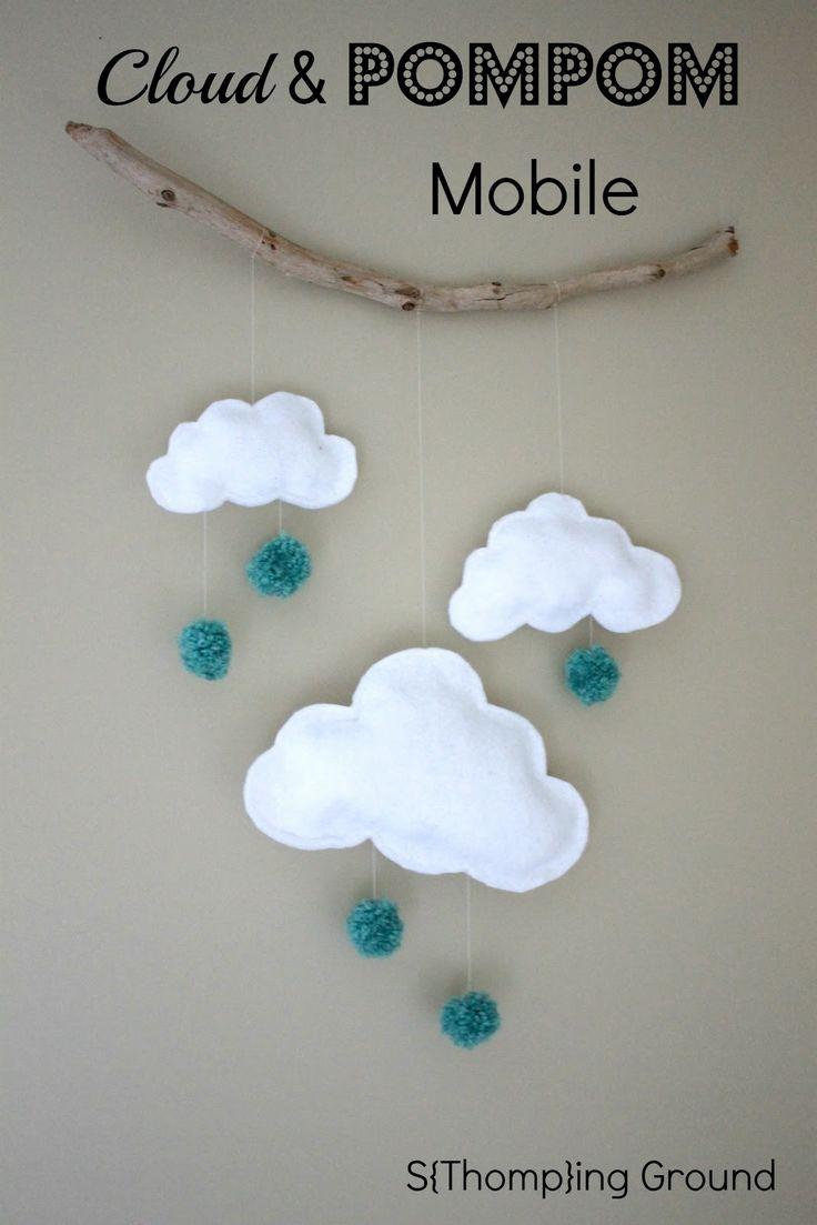Mobile DIY avec nuages en feutrine et pompons