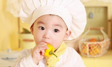 bébé en tenue de chef cuisinier